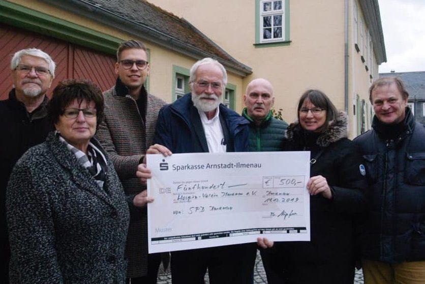 Mitglieder des SPD Ortsvereins Ilmenau übergeben einen Spendencheck an Vertreter*innen des Hospi-Vereins