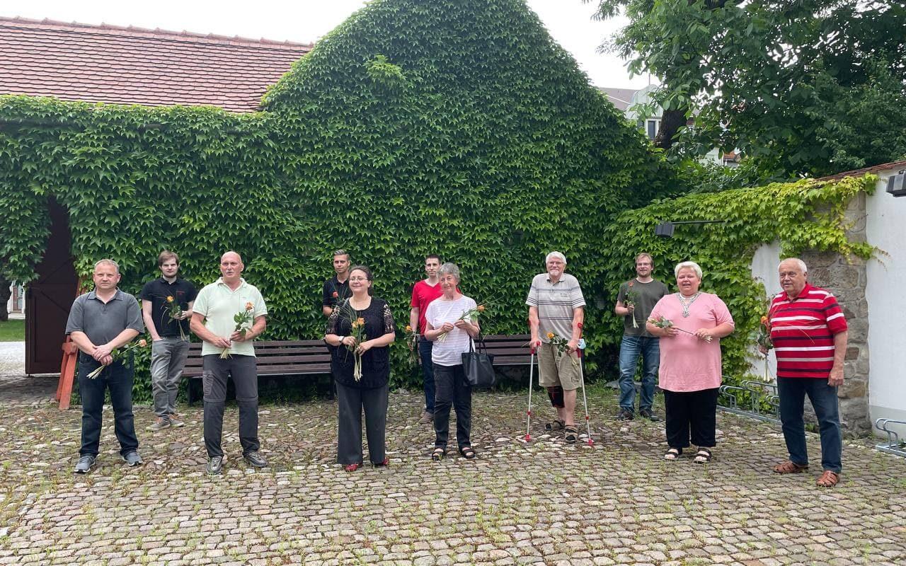 Die Mitglieder es Ortsvorstandes im Innenhof der alten Försterei in Ilmenau